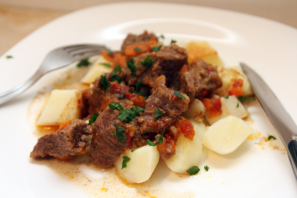 Tocanita de vita cu cartofi la cuptor