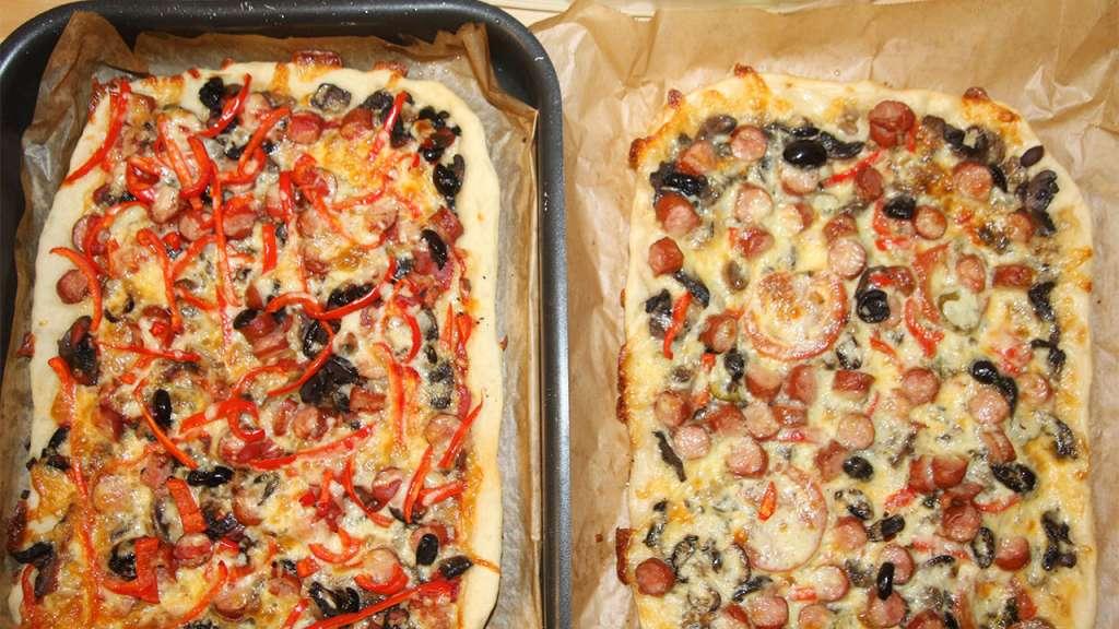 Pizza dreptunghiulara cu carnati ardei cascaval